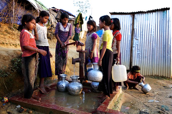 0388-0402  Rohingya children collect water from a tube well at the Bormapara makeshift refugee settlement in Ukhia, Cox's Bazar, Bangladesh.   Date: 19-12-2017 Photo: UNICEF / b.a.sujaN / Map
