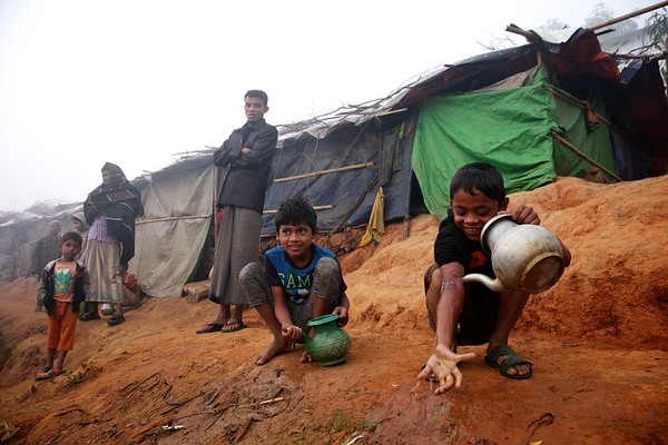 0403-0405  Rohingya children clean themselves on a winter morning at the Thaingkhali refugee settlement in Ukhia, Cox's Bazar, Bangladesh.   Date: 19-12-2017 Photo: UNICEF / b.a.sujaN / Map