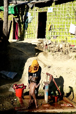 0410-  A Rohingya mother bathes her child.  Date-20-12-2017 Photo: UNICEF/b.a.sujaN/Map