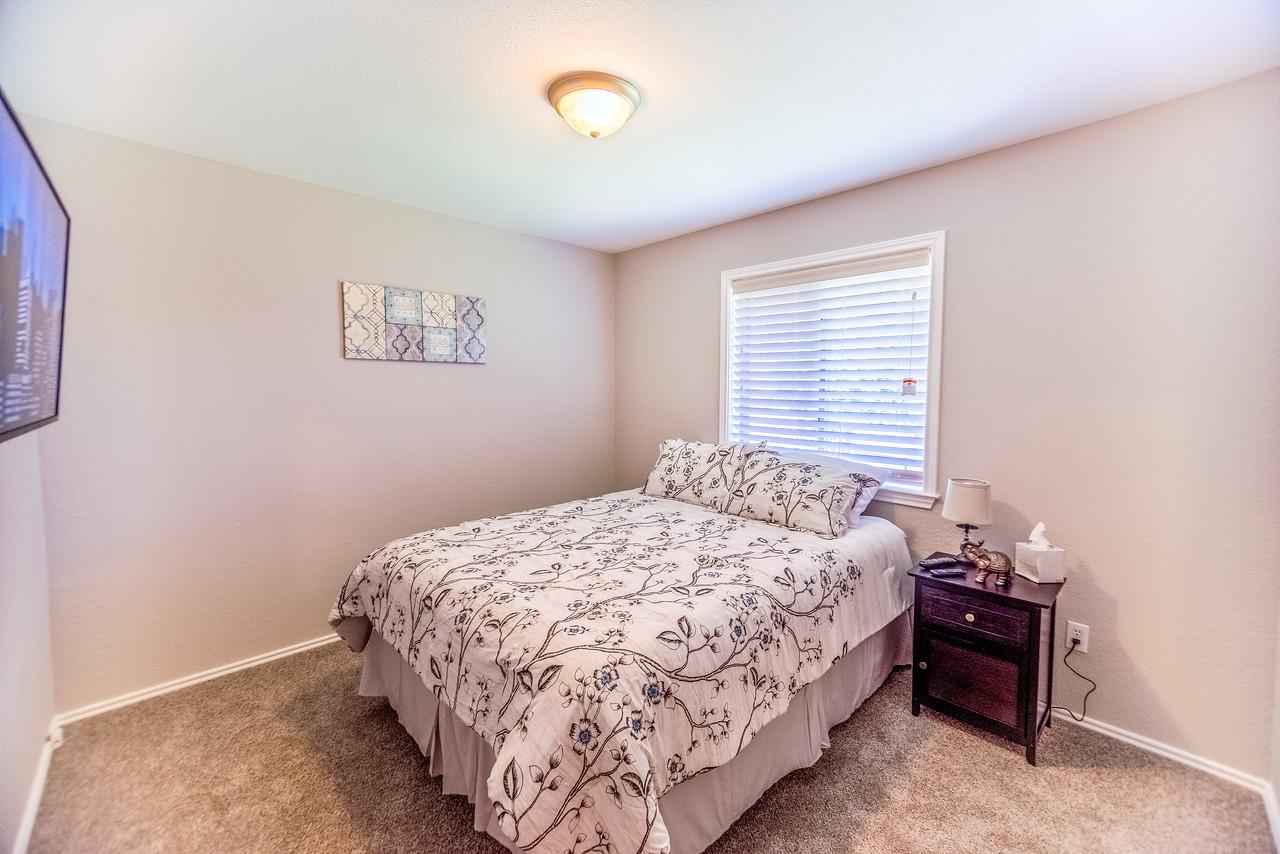 Secondary bedroom, Queen bed.