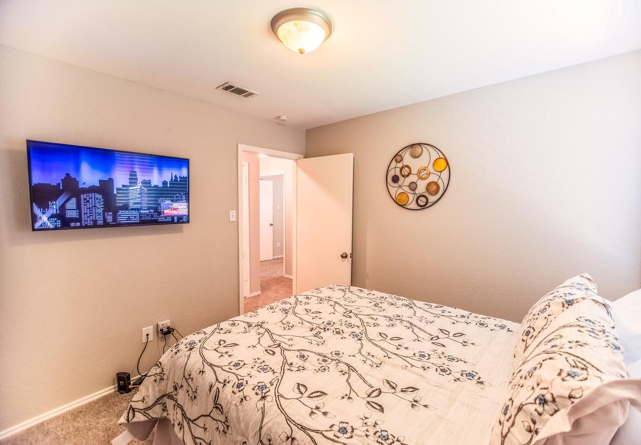 Bedroom w/ queen bed, smart HD TV w/Roku.