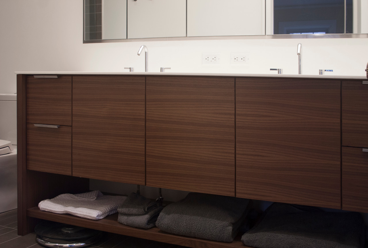 Bathrooom: cabinet drawers of continuous board