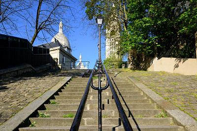 France, Paris (75), Quartier Montmartre, Escaliers menant aux Buttes de Montmartre // France, Paris, Montmartre area, Staircase leading towards the basilica Sacre-Coeur crowning the Montmartre hill