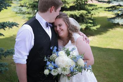 BrideNGroomHeadKiss