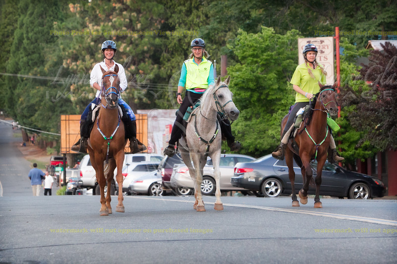 Washingtonians Tiffany Buob, Sandra Cheek and Heidi Taggart Larsen head out on the California loop after the Foresthill hour hold on Tevis.