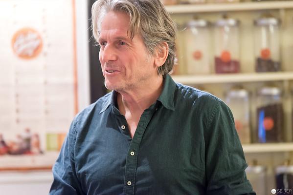 """Georg Schweisfurth bei der Buchpräsentation von """"Lokal"""" im """"Babett's"""" in Wien"""