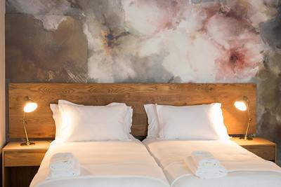 01 1 Bedroom with bedlamps