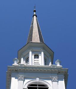 教会の上です。