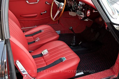 Simple and sumptuous full leather interior.