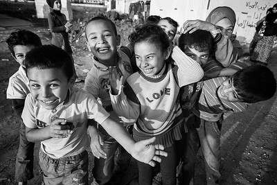 Groupe de jeunes syriens dans un camp de réfugiés. Vallée de la Bekaa, Liban, 2015
