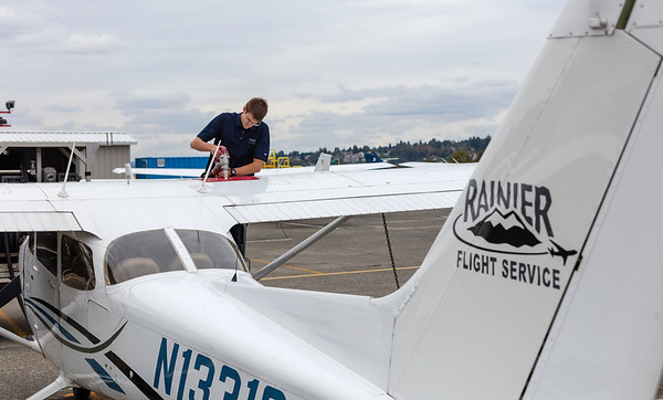 RainierFlight-FuelServices-AirplaneFueling-1480