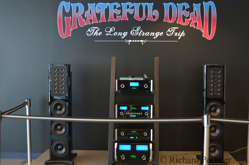 Exhibit entrance with McIntosh Labs System Soho II, topped with MT10 turntable.