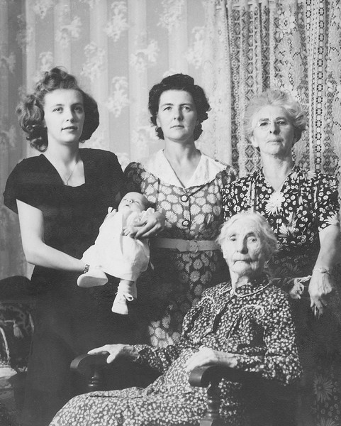 Top Left to Right:Marion Hulett Boyd holding Helen Boyd, Mabel Sumner Hulett, Pearl Campbell Sumner. Seated: Jeanette Sumner.