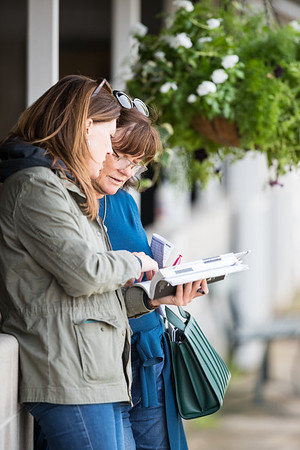 Barbara Banke confers with longtime assistant Lesley Howard at the Keeneland Sales 9/15/20.