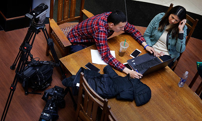 Omar Granados, of KPTV, works with Ananda Rochita, of KXTV, during their last assignments at the News Video Workshop on the campus of the University of Oklahoma in Norman, Okla, on Thursday, March 22, 2018. (Photo by Joe Mahoney)