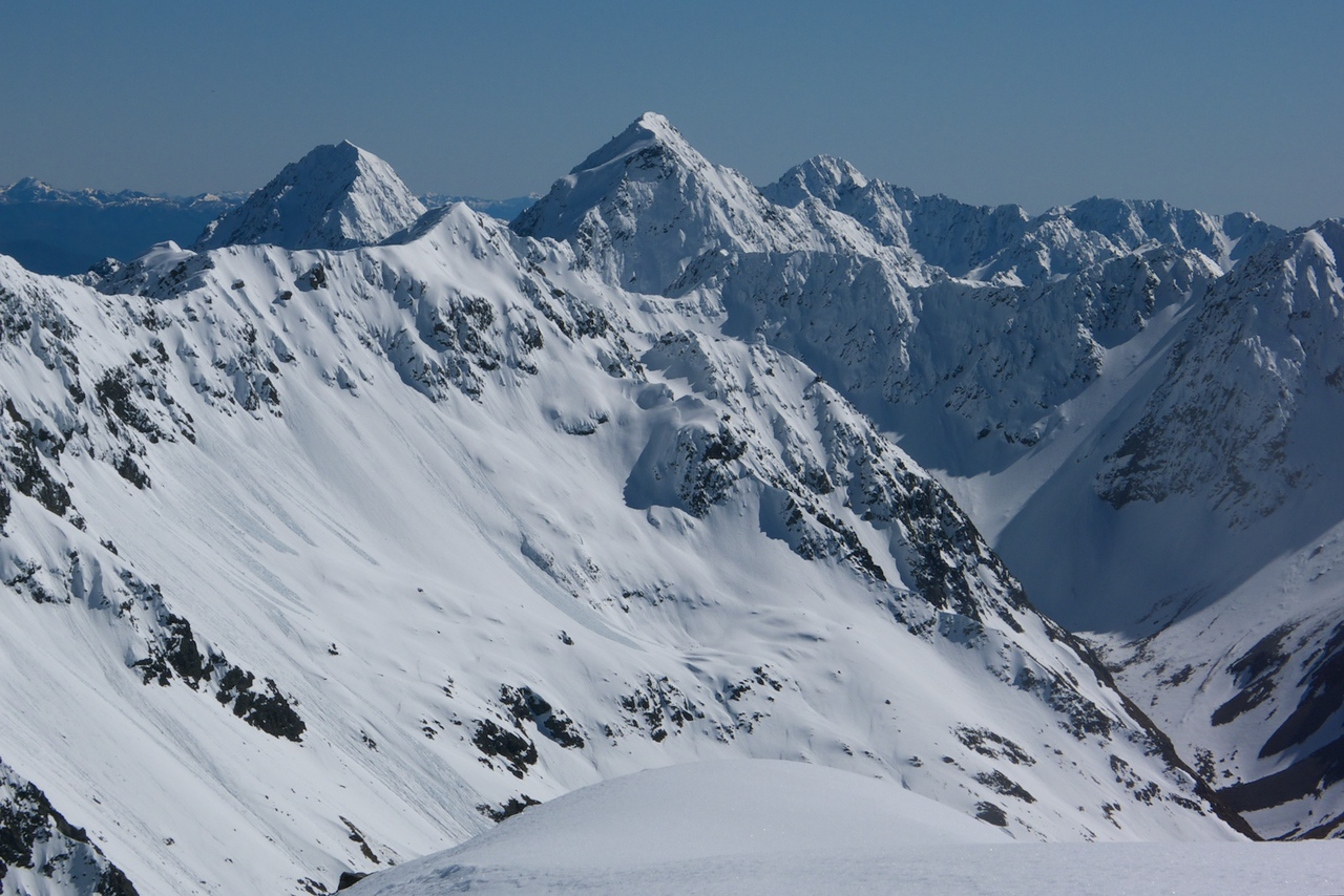 The Nelson Lakes peaks in fine spring fettle: south ridges of Travers and Cupola, right of centre Mt Hopeless, distant right Mt Angelus