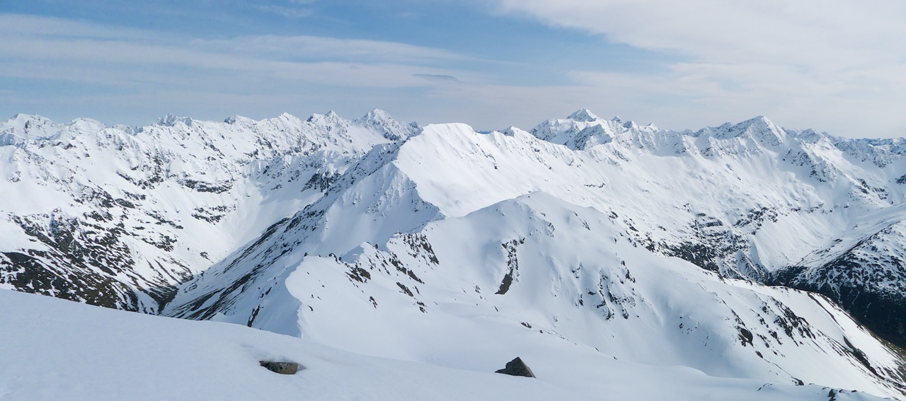 The view north takes in (R-L) Mts Paske, Travers, McKay, Belvedere Peak, Franklin and pt 2291.  Left of centre is the head of the Clarence river valley.