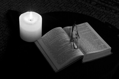 BW-Reading_by_Candlelight-HagaM