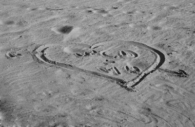 BW-Love_Letters_in_the_Sand-HagaM