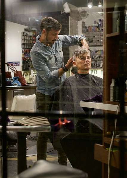 PE-Hairdresser at work-Jan Gutwinski