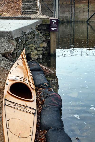 SW 01038 -- Kayak at lock in Appleton