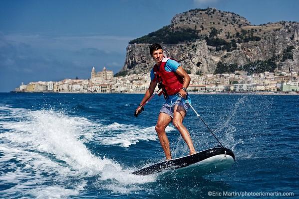 SICILE. OUVERTURE CLUB MED CEFALU. LE SURF ELECTRIQUE LA NOUVELLE ACTIVITÉ PROPOSÉE PAR LE CLUB NAUTIQUE