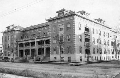 23  Colonnade 1913