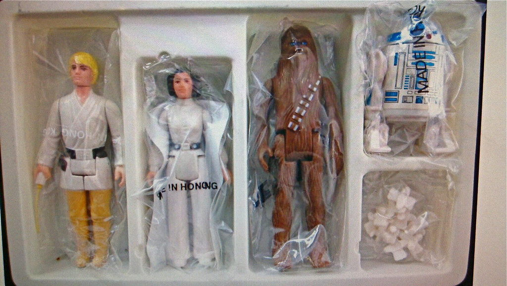 EB Contents:<br /> Mailer Box<br /> Plastic inner Tray<br /> Baggies - Early versions of Luke, Leia, Chewie & R2<br /> Pegs (sealed baggie or not)<br /> Mailaway Stand Coupon<br /> Small 1st Issue SW catalogue<br /> *******<br /> Mailer Box, Plastic Tray, Plastic Pegs in heat sealed blank baggie, DT Luke in SW-A or SW-B Baggie, Display Stand coupon, small SW catalog with actors on back<br /> Mailer Box, Plastic Tray, Plastic Pegs in heat sealed blank baggie, DT Luke in SW-C Baggie, Display Stand coupon, Large SW catalog with starfield<br /> Mailer Box, Plastic Tray, Plastic Pegs in heat sealed blank baggie, regular Luke in SW-A, SW-B, or SW-C baggie, Display Stand coupon, Large SW catalog with starfield