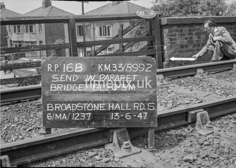 SJ899216B, Ordnance Survey Revision Point photograph in Greater Manchester