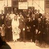 Niestety nie wiem kogo jest ślub. Po prawej stronie z wąsem Jan Ciesielski.