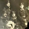 Po lewej Jan Ciesielski, po prawej starszy posterunkowy Policji Państwowej Julian  Władysław Jaworski syn Zygmunta i Pauliny