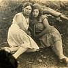 Zaleszczyki.   Dziewczyna  Pela i po prawej Helena Trzmiel z domu Ciesielska córka Wiktorii i Jana