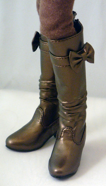 The boots have cute little removable bows~