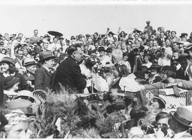 Zalishchyky.  The grape harvest festival. Rinia gives flowers to the mayor