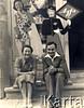 przed 1939, Zaleszczyki, woj. Tarnopol, Polska<br /> <br /> Stanisław Bober z koleżanką przed zakładem fotograficznym.<br /> <br /> Fot. Stanisław Bober, kolekcję udostępniły Danuta Mordal i Ewa Szafrańska; zbiory Ośrodka KARTA