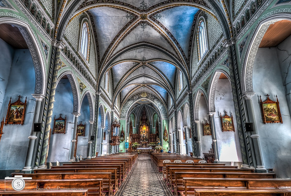The stunning main sanctuary of Maria Auxiliadora Church.