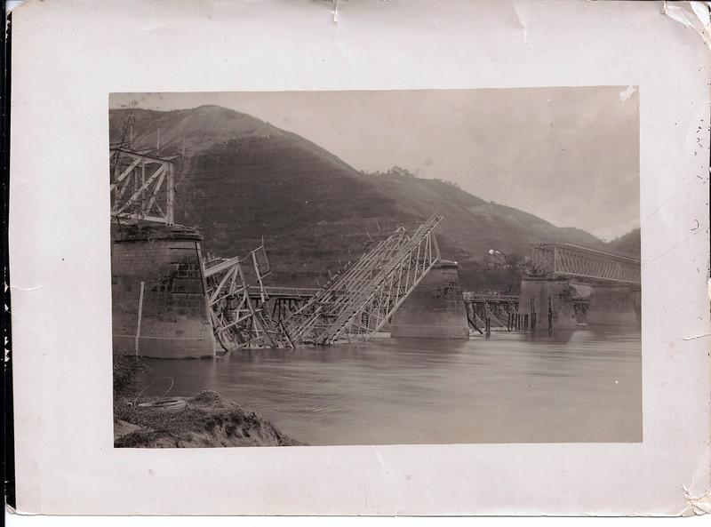 Зруйнований міст, а за  ним видно в тимчасовий міст