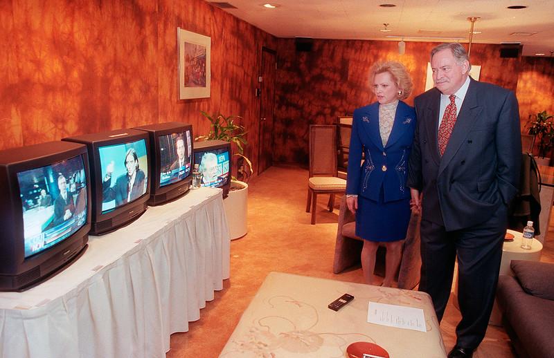 Jacques Parizeau et sa femme Lisette Lapointe regardant les résultats du référendum, 1995