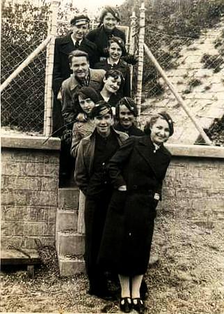 Заліщики. 1938-39. Гімназійні друзі. Ірена КОВАЛЬЧУК - п'ята