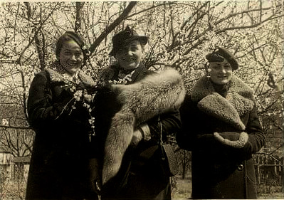 Заліщики. 1936-39. Олена КОВАЛЬЧУК - ліворуч, Н.О., Ірена КОВАЛЬЧУК - праворуч