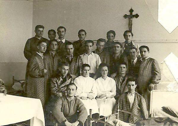 Реґенсбурґ. Німеччина. 1948. Поранені вояки УПА, які змогли перейти на Захід проходять лікування у шпиталі. Орися КОВАЛЬЧУК - сидить у білому халаті праворуч