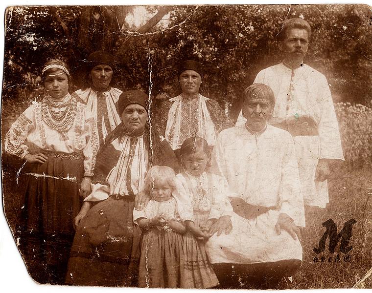 Родина Юрійчуків.  2-й ряд: посередині Калина Юрійчук (після одруження - Романко).  Заліщики, 1920