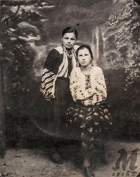 Стефа Палагнюк (дівоче – Романко) з подругою. Старі Заліщики, початок 1930-х років