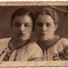 Стефа Палагнюк (Романко) з подругою Оленкою Гембатюк (дівоче – Шеманська). Початок 1930-х років