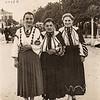 Сестри Олена та Стефа Романки з подругою Оленкою Шуманською. Площа Ринок, Заліщики 1930-ті роки
