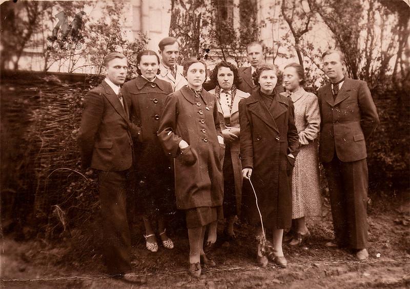 Яків Палагнюк – крайній справа з друзями. Заліщики. 1936