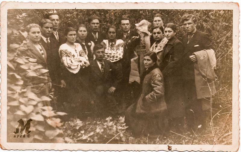 Група молоді зі Старих Заліщик коло хреста (написа на хресі не прочитується). Стефа Палагнюк (Романко) третя справа