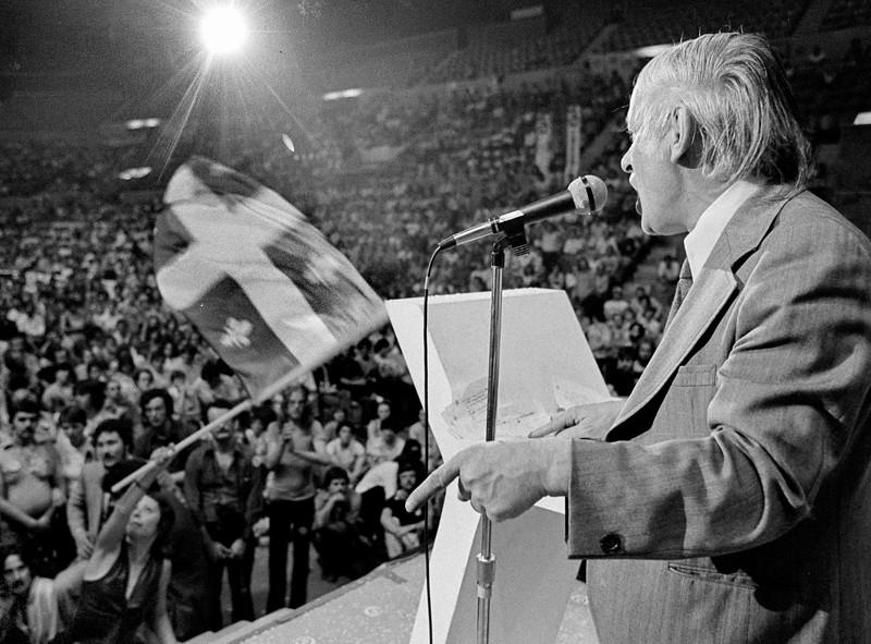 René Lévesque à l'aréna Maurice Richard. 1981