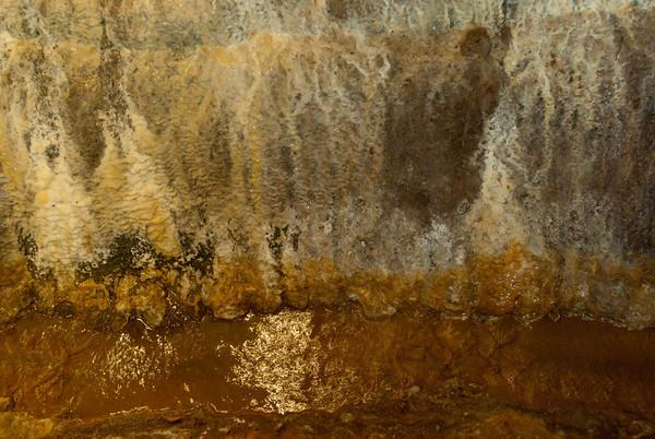 Stěna s průsaky Vřídla v jeho technickém podzemí