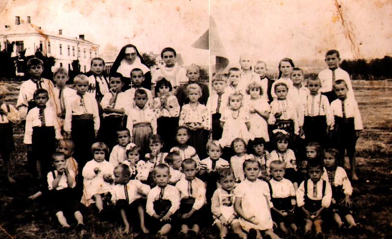523. Діти захоронки із Сестрою Служебницею.